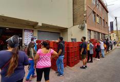 Ciudadanos forman largas colas para comprar cervezas por cajas en Ica