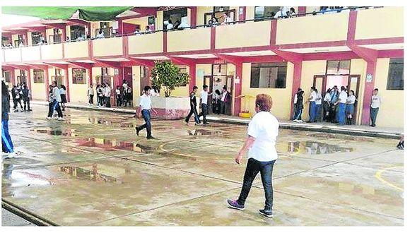 Acequia inunda el patio de un colegio