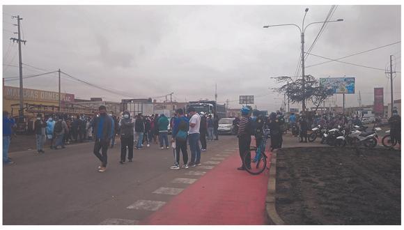 Transportistas acatan paro para exigir la reducción del precio del combustible que pasó de S/ 1.70 a S/2.50 en la ciudad.