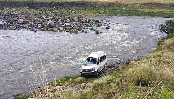 Unidad de transporte vuelca hacia río en Cusco (FOTOS)