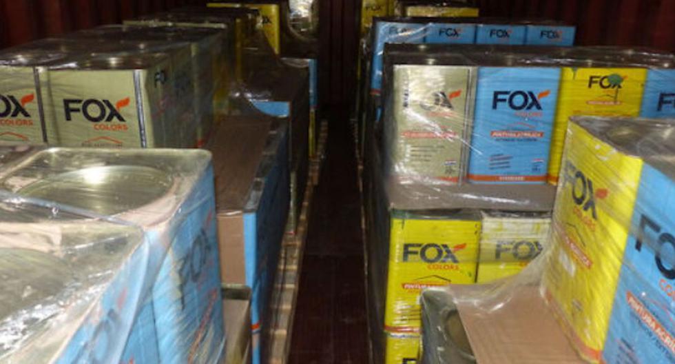 Imagen muestra cajas con latas en el interior de un camión en Hamburgo, Alemania. (Captura de pantalla/Aduanas Alemania).