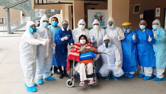 La mujer salió del hospital en medio de aplausos acompañado de su esposo y sus tres hijos. Esta experiencia ahora solo es un doloroso recuerdo para la valerosa madre (Foto: EsSalud)