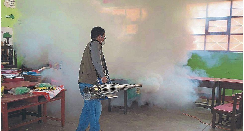 Fumigan colegios para acabar con zancudos y evitar enfermedades