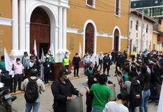 Mujer se corta el brazo en medio de protesta ante crisis sanitaria por el COVID-19 en Huánuco
