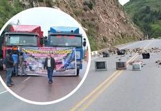 Cusco: transportistas bloquean vía utilizando artefactos en desuso (FOTOS)