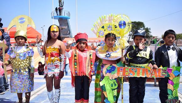 Escolares promueven el uso de material reciclado en desfile de modas