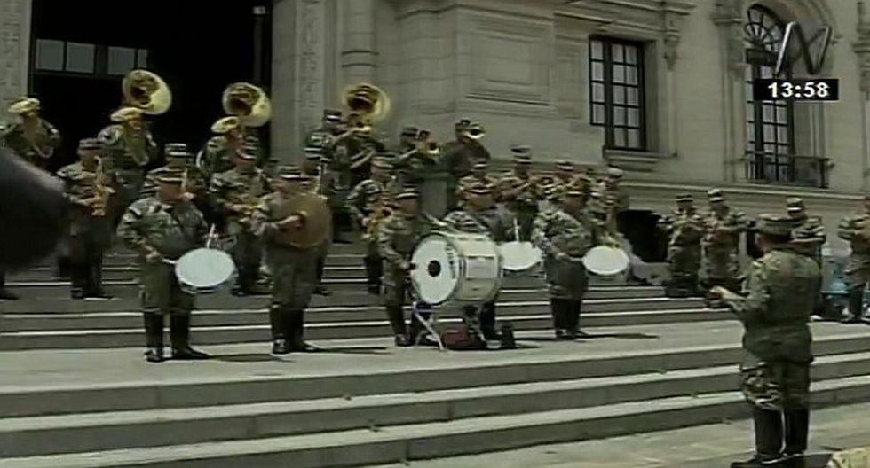 Banda realiza emotiva interpretación del 'Contigo Perú' en Palacio de Gobierno
