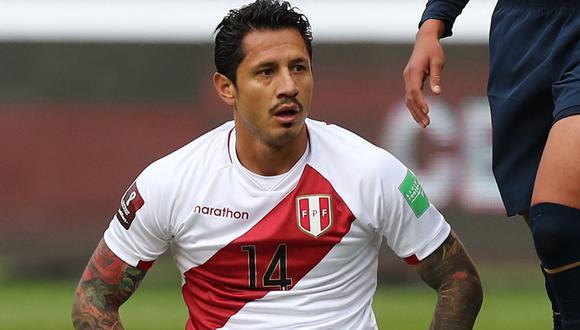 Gianluca Lapadula terminó tendido en el campo de juego y auxiliado por el cuerpo médico de la Selección Peruana (Foto: Agencias)