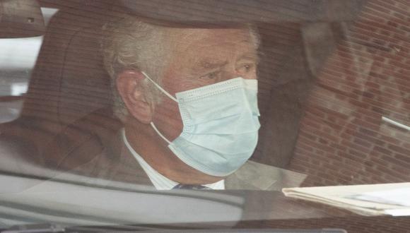 El príncipe Carlos se sienta en un automóvil al salir del hospital Rey Eduardo VII después de visitar a su padre, el Príncipe Felipe, en Londres, el 20 de febrero de 2021. (EFE/EPA/FACUNDO ARRIZABALAGA).
