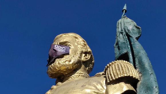 Una de las estatuas que amaneció con mascarilla fue la del héroe de origen cajamarquino José Gálvez Egúsquiza. (Foto: Minsa)