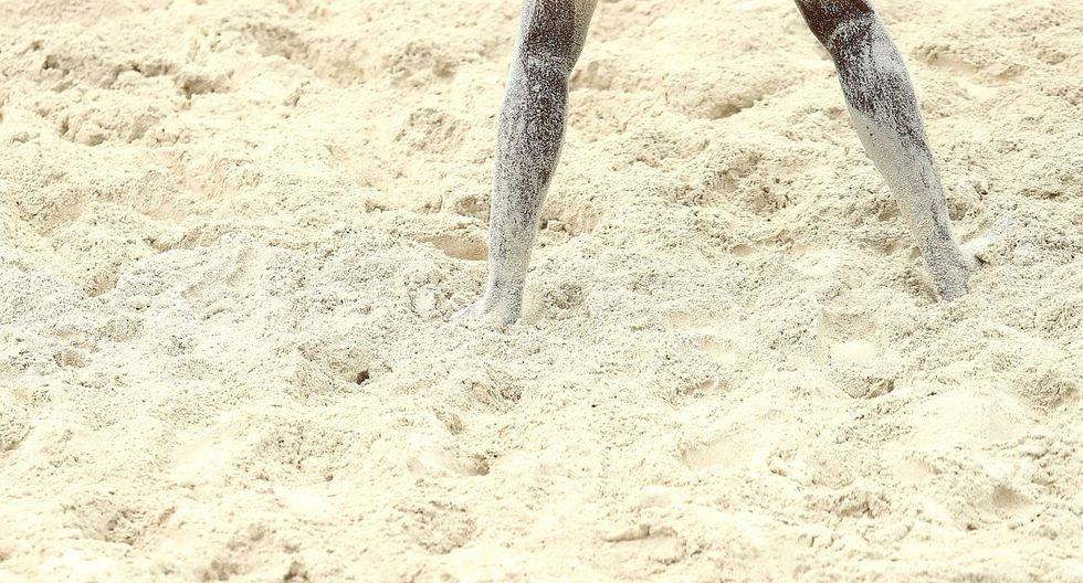 Parásitos devoran pie de joven tras ser enterrado en arena de playa (FOTO)
