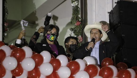 Pedro Castillo realizó un 'balconazo' en la Plaza San Martín junto a su vicepresidenta electa Dina Boluarte. (Foto: Joel Alonzo / @photo.gec)