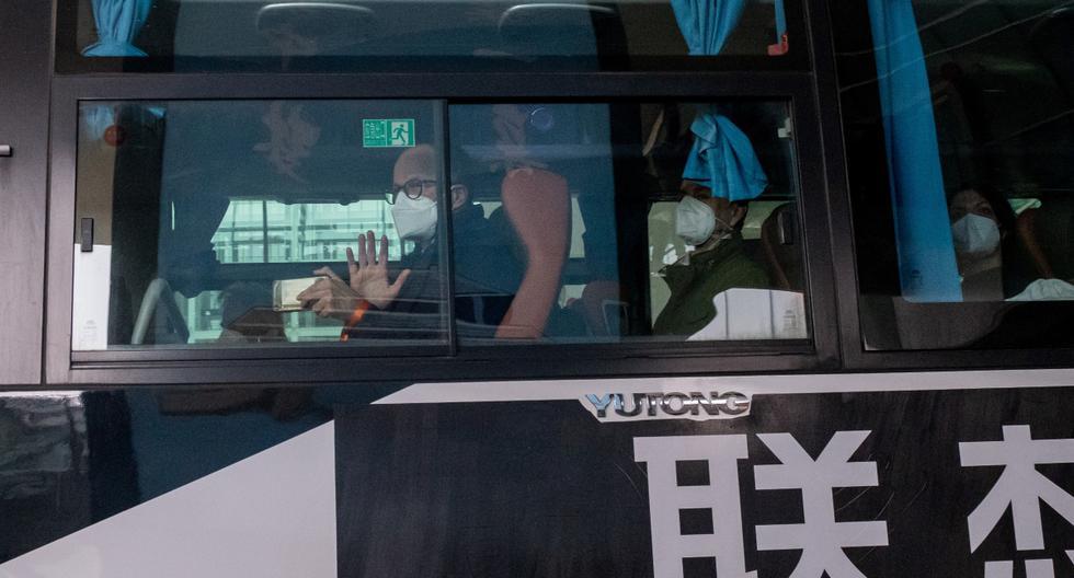 Los miembros del equipo de la Organización Mundial de la Salud (OMS) que investigan los orígenes de la pandemia se preparan para partir en un autobús tras su llegada a Wuhan. (AFP/NICOLAS ASFOURI).