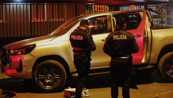 Después de una intensa persecución delincuentes abandonan en Comas auto robado a policía retirado. En el vehículo se encontraron dos armas. Fotos: César Grados /@photo.gec
