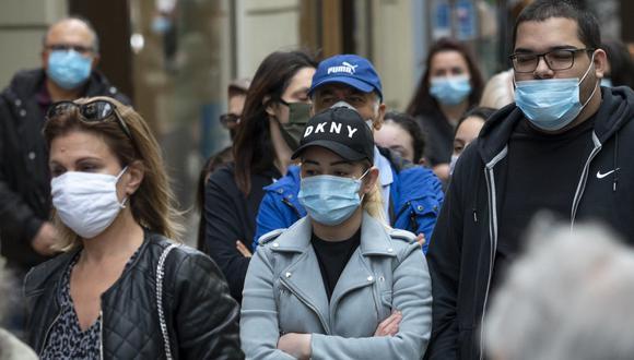 Mañana, lunes, entran en vigor en Austria, de 8,9 millones de habitantes, las restricciones que habían sido levantadas, como la obligación del uso de mascarillas en todas las tiendas y espacios públicos cerrados. (Foto: JOE KLAMAR / AFP)