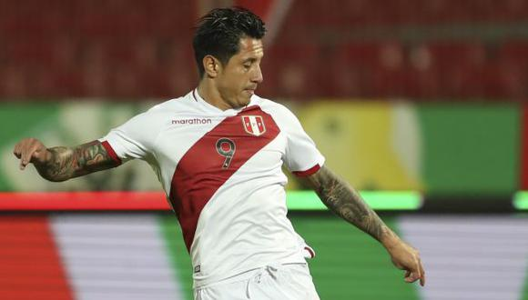 Gianluca Lapadula jugó poco más de media hora en el partido ante Chile en Santiago. (Foto: AFP)