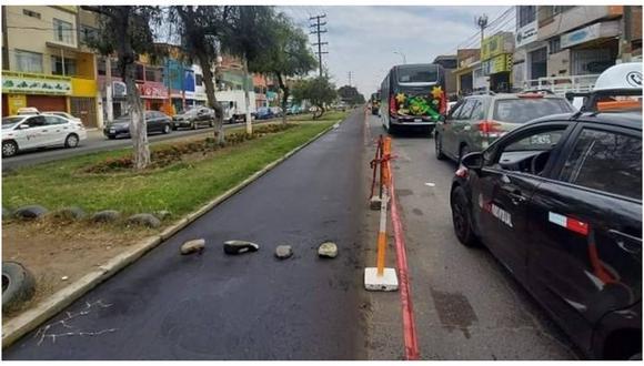 Conductores se quejan que solo han dejado carril y medio para poder transitar. Las ciclovías tiene previsto unir a cuatro distritos de la provincia de Trujillo. (Foto: Facebook)