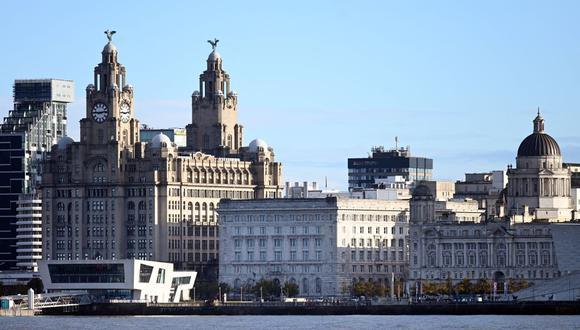 En esta foto de archivo tomada el 13 de octubre de 2020, se muestran los edificios en el paseo marítimo de Liverpool. (Paul ELLIS / AFP).