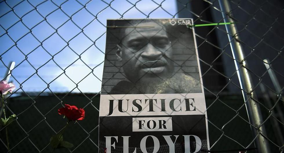 Una fotografía de George Floyd acompañada de mensajes de protesta y flores en una cerca que rodea el centro de gobierno del condado de Hennepin, en Minneapolis, Minnesota. (Foto: EFE/ Craig Lassig).