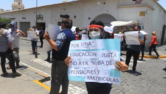 Padres protestaron en el Arzobispado de Arequipa| Foto: Eduardo Barreda