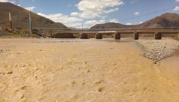 Los dirigentes de la Irrigación Progreso-Asillo, verificaron que el río está cargado de lodo y color chocolate. (Foto: Difusión)
