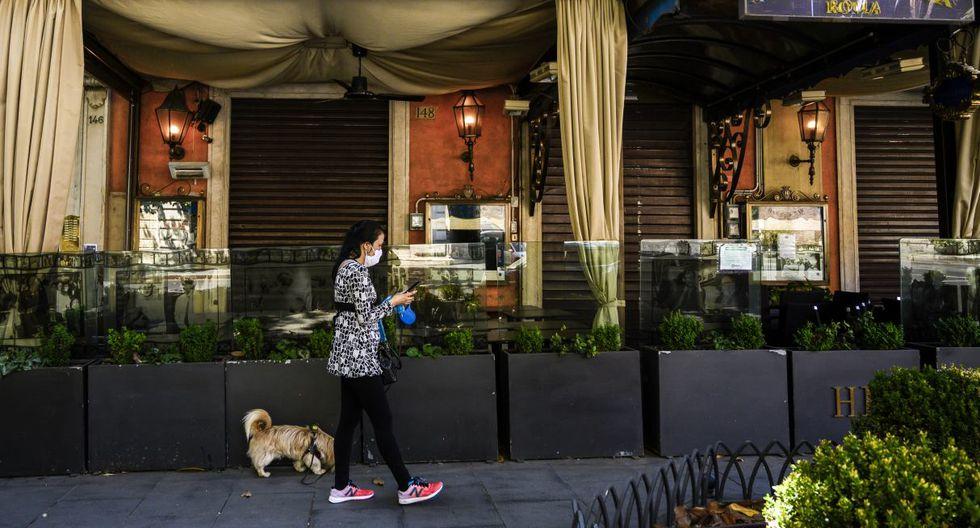 Sin clientes ni visitantes, ciudades turísticas como Roma, Florencia y Venecia están en crisis y la apertura autorizada a partir del pasado lunes no logra aliviar las pérdidas, por lo que las puertas de muchas tiendas y restaurantes siguen cerradas. (Tiziana FABI / AFP).