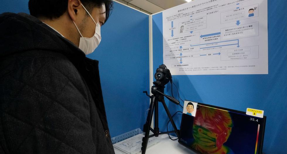 Un viajero comprueba la temperatura de su cuerpo con un dispositivo de termografía infrarroja en una cabina en la estación de Tocho-mae, la más cercana a la oficina del Gobierno Metropolitano de Tokio. (AFP).