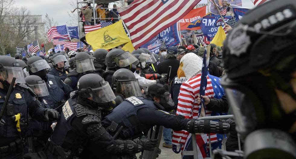 Los partidarios de Trump chocan con la policía en las afueras del Capitolio. (Foto de Joseph Prezioso / AFP).