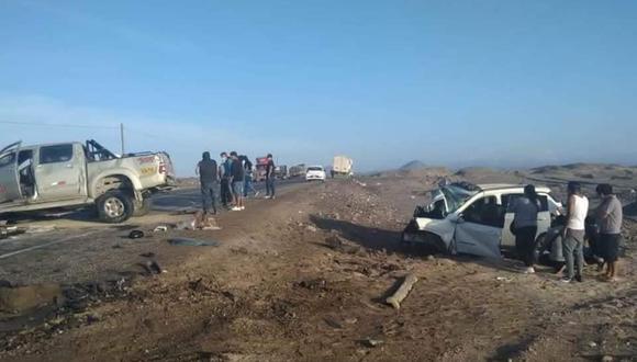 Bomberos y policías tuvieron que recuperar los cadáveres de ambas víctimas, pues terminaron atrapados en las carrocerías destrozadas de ambas unidades (Foto: PNP)