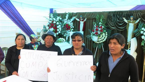 Familiares desconsolados por la muerte de los dos hermanos fallecidos en choque