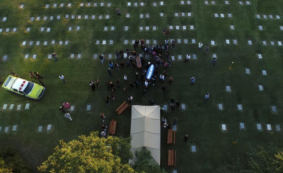 Frente a la tumba, al lado de la de sus padres, amigos y familiares estallaron en aplausos. (Foto: AFP)