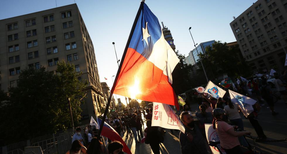 Una de las manifestaciones a favor del cambio de la Constitución en Santiago de Chile. Imagen tomada el 22 de octubre del 2020. (EFE/ Elvis González)
