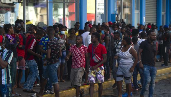 Migrantes haitianos y centroamericanos esperan la apertura de los bancos de remesas para retirar el dinero enviado por sus familiares en Tapachula, estado de Chiapas, el 15 de septiembre de 2021. (Foto:  CLAUDIO CRUZ / AFP)