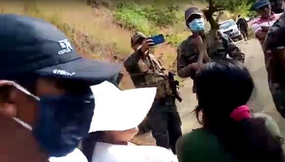 Provistos de palos y con insultos, pobladores retuvieron el vehículo policial