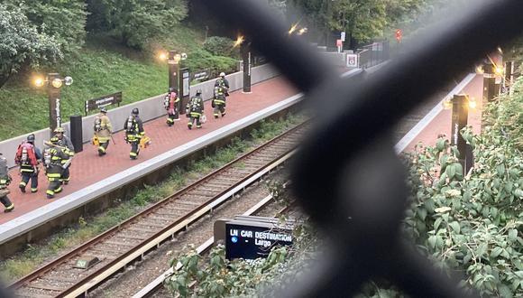 Los pasajeros que viajaban en los vagones esperaron de forma paciente la llegada de las autoridades para evacuar el lugar. (Foto: Tom Roussey)
