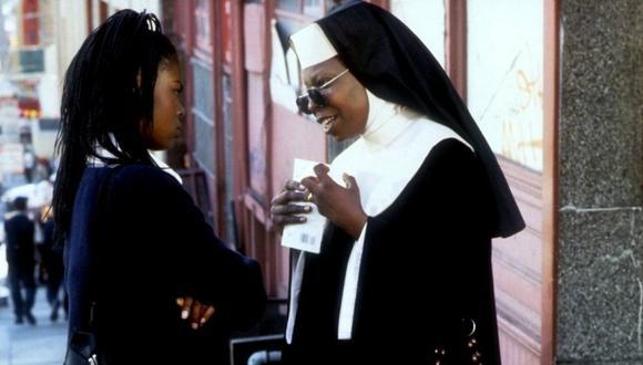 Tras ser testigo de un crimen de la mafia, una cantante se esconde en un convento e irrumpe en el tranquilo mundo de las monjas con su talento musical. (Foto: Touchstone Pictures)