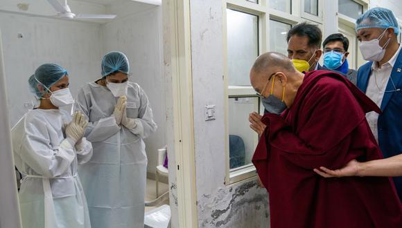 El dalai lama fue inoculado este sábado en India, como parte de la campaña de vacunación a adultos mayores. (Foto: EFE)