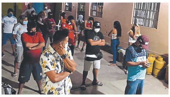Parroquianos estaban reunidos observando el partido de fútbol de Perú y Chile cuando fueron sorprendidos por los agentes policiales.