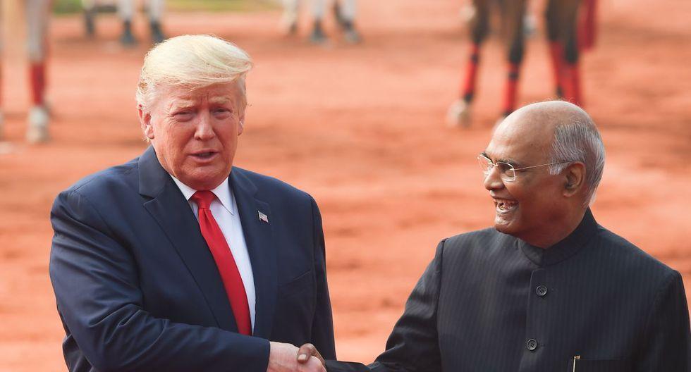 El presidente de la India, Ram Nath Kovind, saluda al presidente de los Estados Unidos, Donald Trump, durante una recepción ceremonial en Rashtrapati Bhavan - El Palacio Presidencial en Nueva Delhi. (AFP)
