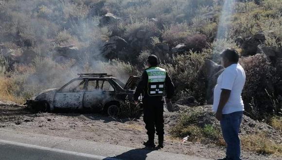 Pareja se libra de la muerte al incendiarse su vehículo