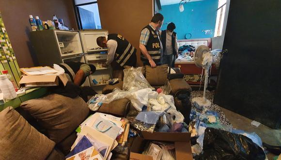 Fiscales allanaron tres viviendas, donde encontraron gran cantidad de fármacos que sirven para combatir el virus. (Foto: Ministerio Público)