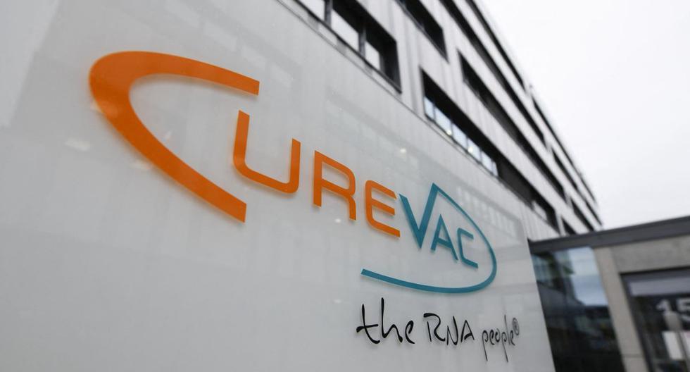 En esta foto de archivo tomada el 15 de diciembre de 2020, el logotipo de la empresa biofarmacéutica CureVac se muestra frente a la sede de la empresa en Tuebingen, sur de Alemania. (THOMAS KIENZLE / AFP).