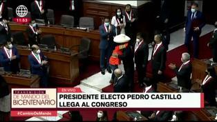 Pedro Castillo fue abrazado por una congresista antes de dar su mensaje a la Nación