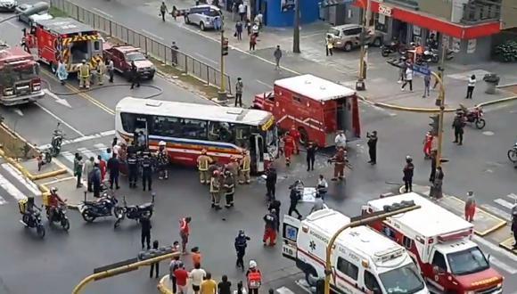 De acuerdo con el portal de bomberos, el accidente se reportó a las 2:54 p.m. y debido a la gravedad del hecho, once unidades llegaron al lugar para atender a los heridos, entre ellos, algunos de gravedad. (Foto: Captura video Twitter/@Fab_elgonza26)