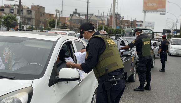 La Policía y las Fuerzas Armadas tienen la facultad de exigir el pase laboral y pase vehicular a las personas que se desplazan por las calles. (GEC)