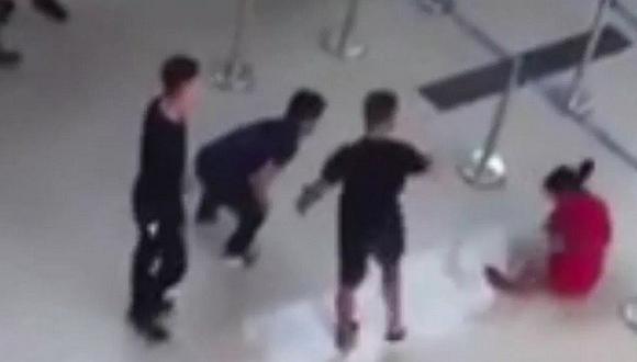 Tres ebrios atacan a aeromoza que se niega a tomarse un selfie