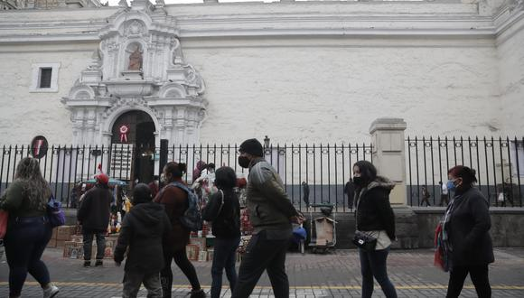 Las largas filas llegan hasta la Av. Abancay. El 28 de cada mes, los feligreses llegan al templo ubicado en el Cercado de Lima para orar a la imagen de San Judas Tadeo.