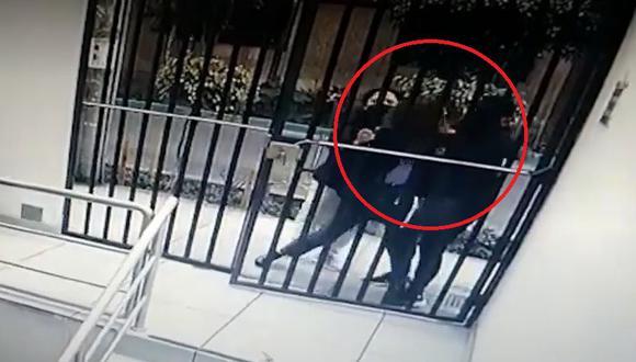 Reportera fue interceptada por la pareja de ladrones que utilizó el cogoteo para poder arrebatarle sus pertenencias. (Captura: América Noticias)