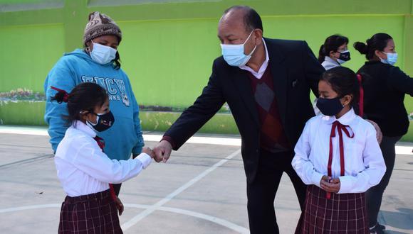 Director de la UGEL Tacna saludó a los estudiantes que regresaron a las aulas. (Foto: Cortesía Ugel Tacna)