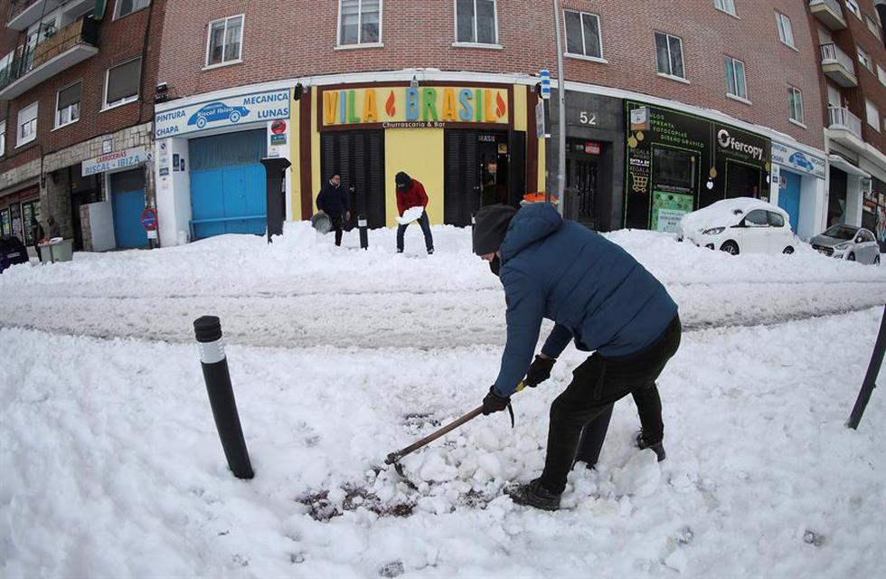 madrid-amanece-aun-con-nieve-que-comienza-a-helarse-sin-autobuses-ni-aviones-fotos